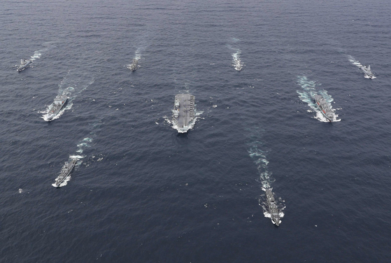 영국 퀸엘리자베즈함이 이끄는 항모강습단이 항행하고 있다. 영국 국방부
