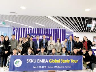EMBA가 2019년 7월 6~13일 호주 시드니와 멜버른에서 진행한 글로벌 스터디 투어의 참가자들이 기념사진을 촬영하고 있다. [사진 성균관대]