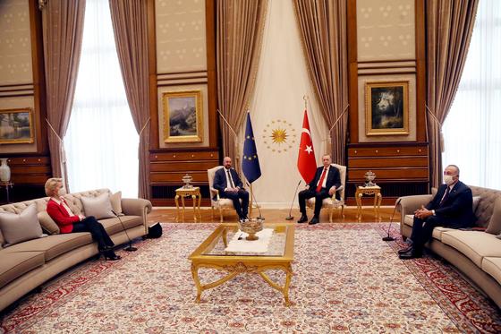 우르즐라 폰데어라이엔 EU 집행위원장(왼쪽)이 지난 6일 EU·터키 정상회담에서 정상 좌석이 아닌 소파에 떨어져 앉아 있다. [신화통신=연합뉴스]