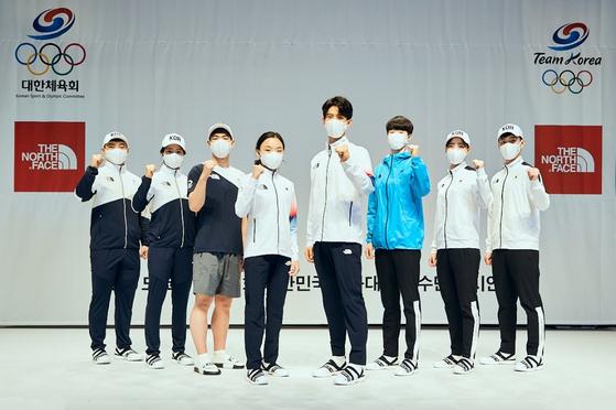 지난 14일 진천선수촌에서 열린 '도쿄올림픽 D-100일 행사'에서 팀코리아 선수들이 영원아웃도어가 제공한 공식단복 '노스페이스 K-에코 테크'를 선보였다. 이 행사엔 도쿄올림픽 스포츠클라이밍 국가대표 서채현(왼쪽 넷째·노스페이스 애슬리트팀), 태권도 국가대표 이대훈(왼쪽 다섯째) 등 선수들이 참가했다. [사진 영원아웃도어]