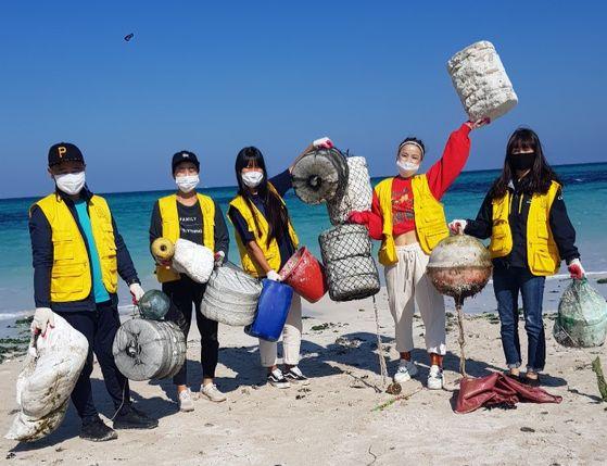 지난해 7월 비치클린에 나선 '세이브제주바다' 한주영씨(아래 사진)와 봉사자들.