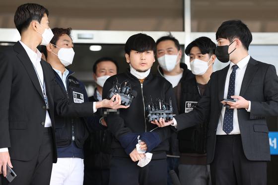 서울 노원구 아파트에서 '세 모녀'를 살해한 혐의를 받는 김태현이 9일 오전 검찰로 송치되기 위해 서울 도봉경찰서에서 나오고 있다. 연합뉴스