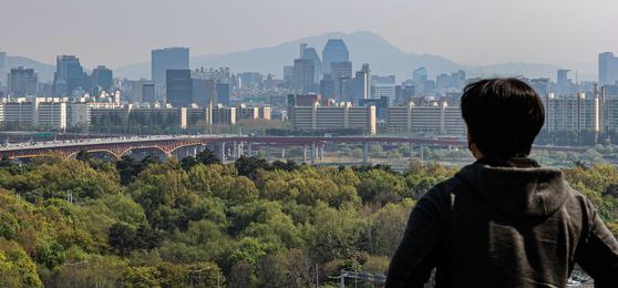 서울 성동구 응봉산에서 바라본 강남구 압구정동 아파트 단지의 모습. 연합뉴스