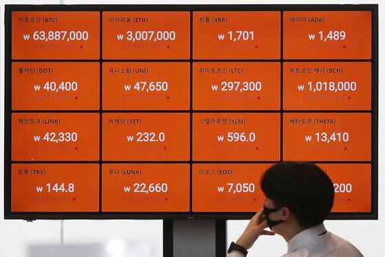 27일 서울 강남구 빗썸 강남 고객센터에서 비트코인을 비롯한 암호화폐 시황이 표시되고 있다. 뉴스1