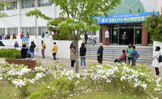 27일 대전 중구 코로나19 백신 예방접종센터를 찾은 어르신들이 화이자 백신을 접종받기 위해 차례를 기다리고 있다.프리랜서 김성태