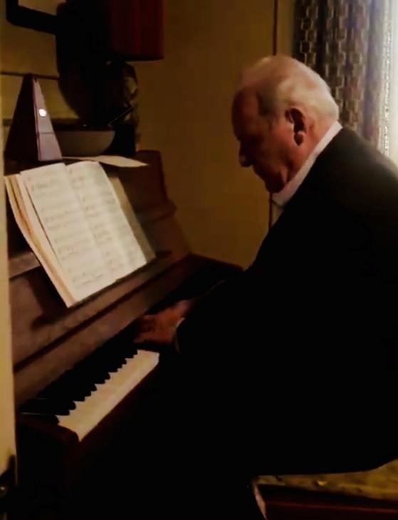 영국 웨일스 자택에서 피아노 연주 중인 앤서니 홉킨스. [사진 앤서니 홉킨스 트위터 캡처]