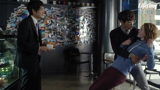 '드라마월드'에서 클레어(리브 휴슨)가 뒤로 넘어지려고 하자 갑자기 나타나 도와주는 모습. 한국 드라마에 자주 등장하는 장면을 패러디했다. [사진 라이프타임]