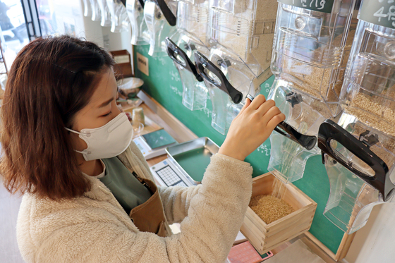 전주시 최초의 제로 웨이스트 숍인 '늘미곡'에서 잡곡을 소분하는 모습