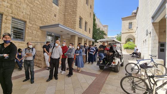 27일(현지시간)오후 이스라엘 예루살렘 시청 코로나19 백신 임시 접종센터에서 백신을 맞으려는 사람들이 순서를 기다리고 있다. 예루살렘=임현동 기자