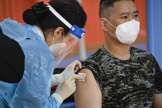 30세 이상 군 장병 및 군무원을 대상으로 한 코로나19 백신 접종이 시작된 28일 해병대사령부 소속 장병이 사령부 체육관에 마련된 예방접종센터에서 아스트라제네카(AZ) 백신 접종을 받고 있다. 연합뉴스