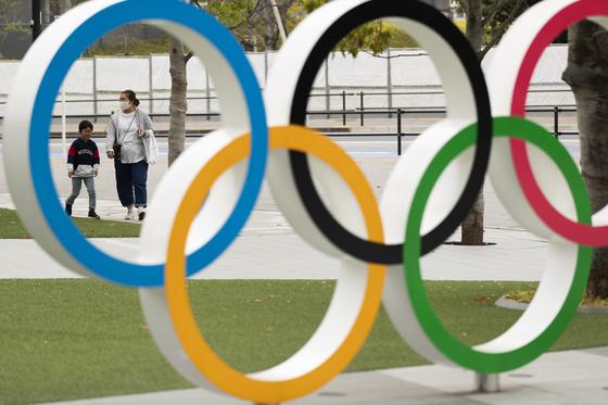 일본 도쿄 올림픽박물관 앞에 세워진 오륜 조형물. [AP=연합뉴스]