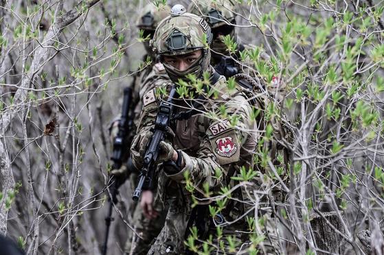 공군 제6탐색구조비행전대 탐색구조대대 항공구조사들이 강원도 영월 산악지대에서 전투생환ㆍ산악구조훈련을 벌이고 있다. 공군