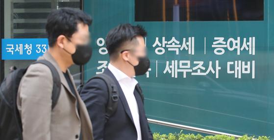 아파트값 상승과 과세 강화가 맞물리면서 서울 아파트 증여가 다시 증가하고 있다. 양도소득세 강화 부담에 다주택자가 집을 팔기보다는 증여를 선택한 것으로 풀이된다. 지난 19일 한국부동산원에 따르면 3월 서울 아파트 증여는 2019건을 기록했다. 2월(933건)의 약 2.2배 수준으로 늘었다. 사진은 20일 서울 강남구의 한 세무법인사무사 앞 모습. 뉴스1
