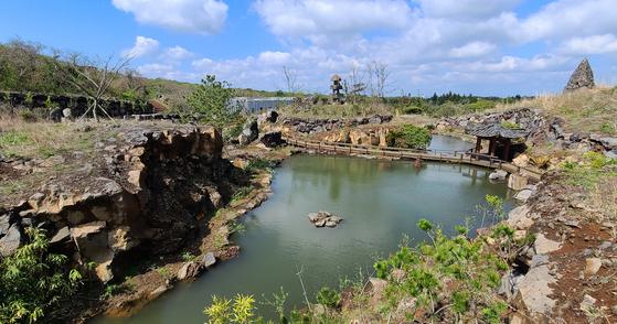 탐나라공화국의 모든 풍경은 사람이 만든 것이다. 손수 판 연못이 이젠 원래 있었던 것처럼 자연스러워 보인다. 손민호 기자