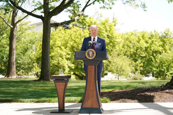 조 바이든 대통령이 27일 백악관 잔디밭에서 마스크를 벗고 연설하고 있다. [EPA=연합뉴스]