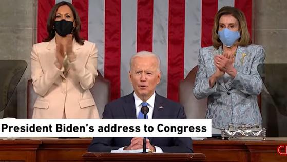 카멀라 해리스 부통령과 낸시 펠로시 미 하원의장이 조 바이든 대통령의 취임 100일 상하원 합동 연설장에서 바이든 대통령의 뒤에 나란히 자리했다. [CNN]