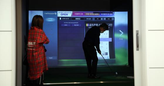 한 골퍼가 스크린 골프장을 이용하고 있다. 코로나로 이용료가 올해 비싸졌다. [뉴스1]
