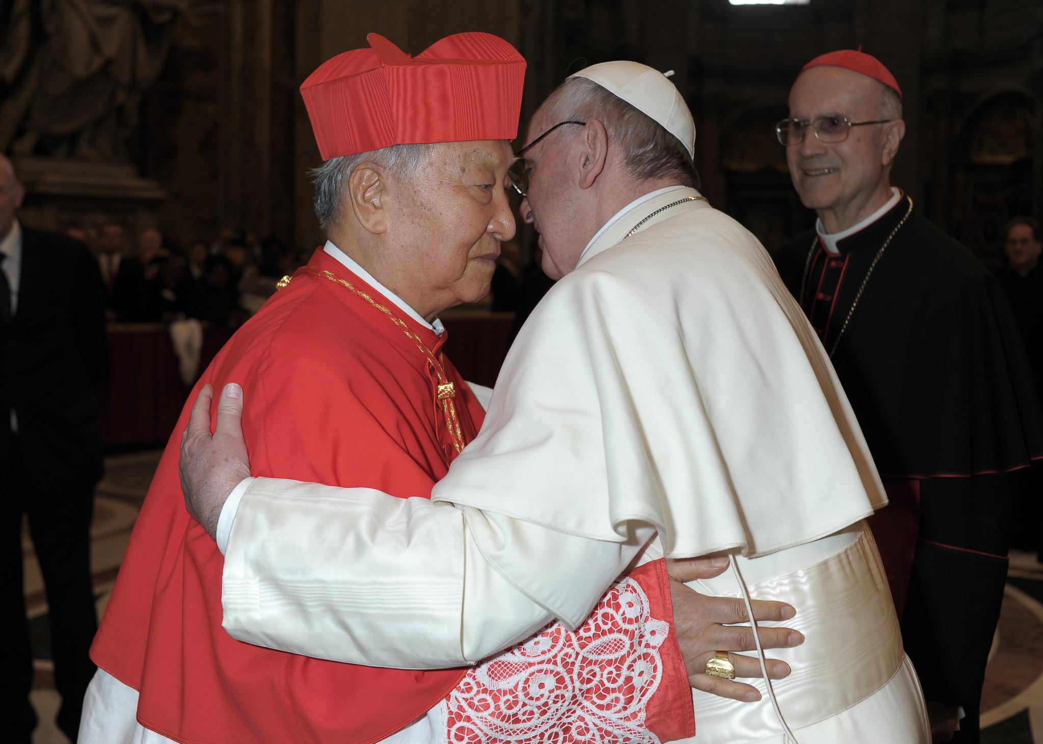 지난 2013년 3월 바티칸 성 베드로 대성당에서 새 교황 프란치스코를 첫 알현하는 정진석 추기경. 사진 천주교서울대교구
