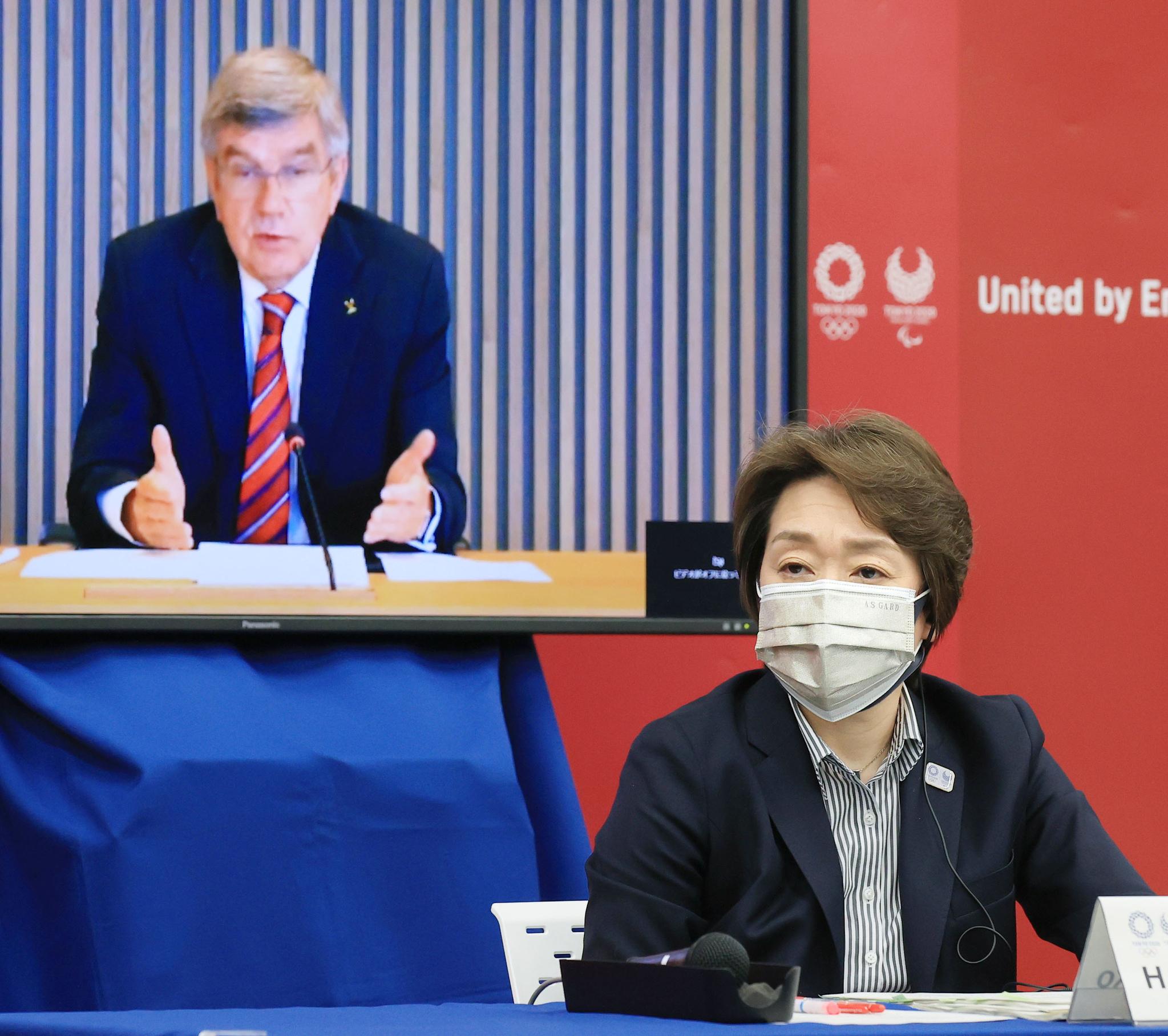 하시모토 세이코(앞쪽) 대회 조직위원회 회장이 28일 열린 2020도쿄올림픽 패럴림픽 5자 온라인 회의에서 토마스 바흐 국제올림픽위원회 위원장 발언을 듣고 있다. [연합뉴스]