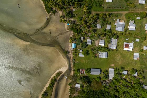 해수면 상승의 위협을 받고 있는 피지의 한 해안가 마을. Tom Vierus / WWF