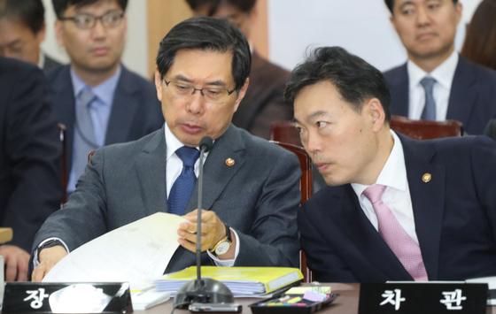 박상기(왼쪽) 법무부 장관과 김오수(오른쪽) 법무부 차관. 연합뉴스