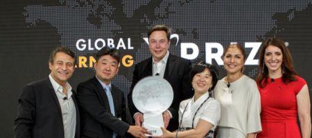 SK㈜가 지난해 투자한 사회적 기업 에누마는 일론 머스크 테슬라 CEO(왼족에서 세번째)가 후원한 대회에서 우승을 차지했다. 오른쪽에서 세번째가 에누마의 이수인 대표. [사진 SK㈜]