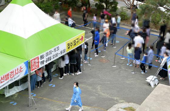 신종 코로나바이러스 감염증(코로나19) 확산으로 비상이 28일 대전의 한 보건소에 설치된 코로나19 선별검사소를 찾은 시민들이 검사를 받기위해 차례를 기다리고 있다. 김성태 기자