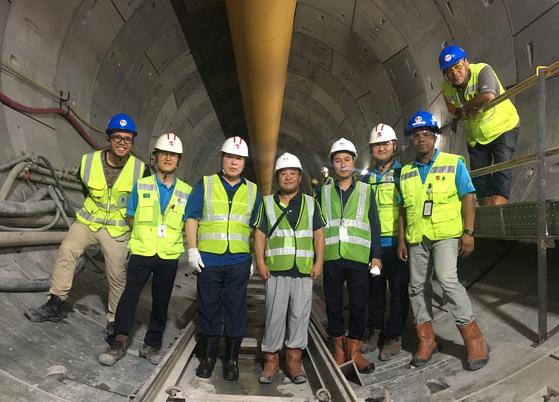 지난해 1월 싱가폴 톰슨 동부해안선 지하철 현장을 방문한 김석준 회장(왼쪽 세번째). 쌍용건설.