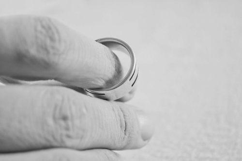 이혼 후 생계를 진심으로 걱정해주고 문제를 해결하는 모습을 보면서 신뢰를 회복한 경우도 많다. [사진 pixabay]