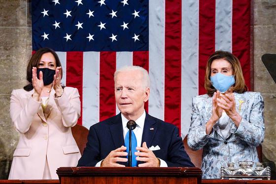 조 바이든 미국 대통령이 취임 100일을 하루 앞둔 28일 하원 본회의장에서 첫 상하원 합동 연설을 하고 있다. [AP=연합뉴스]