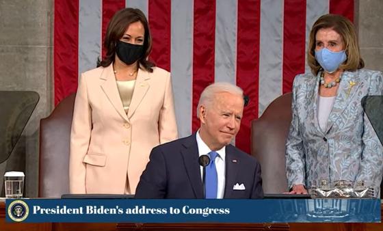 조 바이든 미국 대통령(가운데)이 취임 100일을 하루 앞둔 28일(현지시간) 의회 상하원 합동회의 연설을 위해 연단에 섰다. [미 의회]