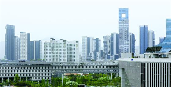 28일 세종시 어진동 정부세종청사 주변에 아파트 단지가 들어서 있다. 국토부는 올해 전국 평균 공동주택 공시가격이 전년 대비 약 19.05% 오르는 것으로 확정했다.  공시가격이 가장 많이 오른 곳은 세종시로 70.25%의 상승률을 보였으며 이어서 경기 23.94%, 대전 20.58%, 서울 19.89%, 부산19.56, 울산 18.66% 등으로 올랐다. 뉴스1