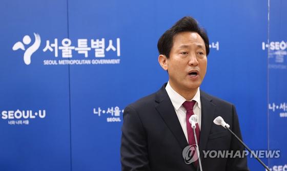 오세훈 서울시장이 서울시청 브리핑룸에서 브리핑을 하고 있다.
