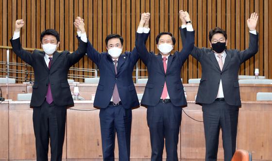 국민의힘 원내대표 경선에 나선 유의동, 김태흠, 김기현, 권성동 의원(왼쪽부터)이 지난 27일 오전 서울 여의도 국회에서 열린 '국민의힘 원내대표 후보자-재선의원 간담회'에 참석해 기념촬영을 하고 있다. 오종택 기자