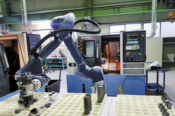 ㈜두산이 협력사 스마트공장 구축을 위해 도입한 협동로봇이 생산 현장에서 작업을 수행하고 있다. 두산은 다양한 동반성장 프로그램을 운영하며 협력사와의 '선순환적 파트너십 구축'을 목표로 상생경영을 추진한다. [사진 두산그룹]