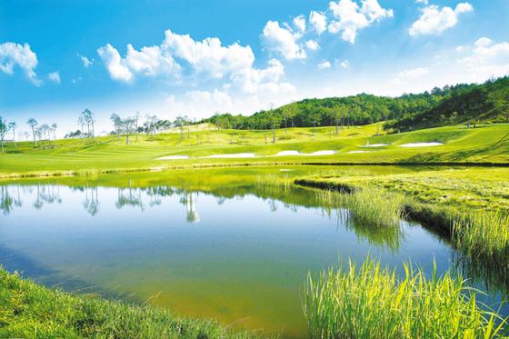 최근 1차 특별분양을 성황리에 마치고 2차 분양 준비에 들어간 안달루시아 골프&타운하우스는 제주 골프장을 무기명 4인으로 주중, 주말 월 4회 기본 예약이 보장된다.