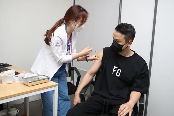 30일 코로나19 백신을 접종하는 휠체어농구대표팀 주장 조승현. [사진 대한장애인체육회]