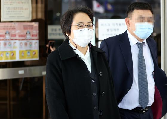 지난 2월 이른바 '환경부 블랙리스트' 사건으로 재판에 넘겨진 신미숙 전 청와대 균형인사비서관이 법원을 나서고 있다. 연합뉴스