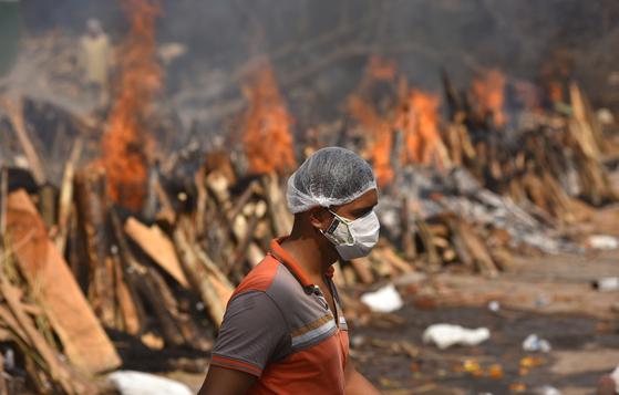 코로나19의 확산으로 인해 29일 인도 뉴델리에서 집단적으로 화장이 이뤄지고 있다. EPA=연합뉴스