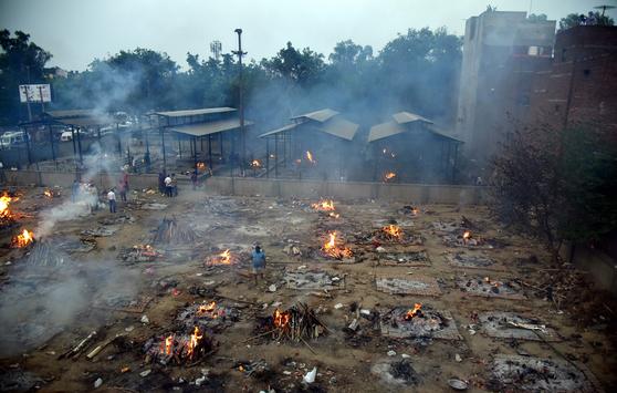 인도 수도 뉴델리에서 코로나19로 사망자가 폭증하면서 화장장이 포화상태다. [EPA=연합뉴스]