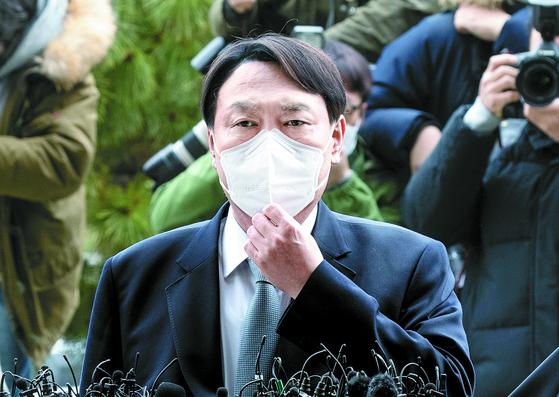 윤석열 검찰총장이 지난달 4일 오후 서울 서초동 대검찰청으로 들어가기 전 총장직 사퇴 입장을 밝히고있다. 임현동 기자