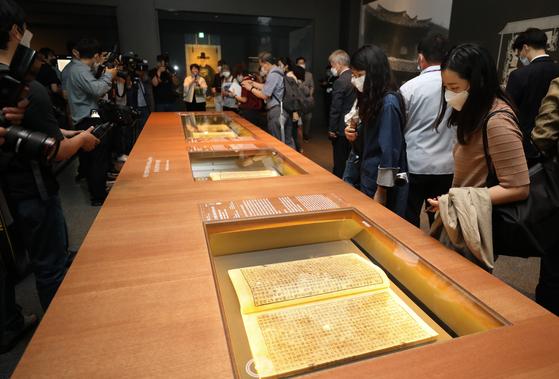 지난해 여름 국립중앙박물관에서 열린 '새 보물 납시었네, 신국보 보물전'에 출품된 조선실록을 관람객들이 감상하고 있다. [뉴스1]
