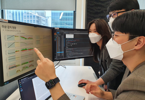 SK이노베이션과 SK렌터카가 협업해 전기차 배터리 상태를 모니터링하는 시범 서비스를 시작했다고 30일 밝혔다. SK이노베이션 구성원들이 서울 종로구 SK서린빌딩에서 배터리 모니터링 데이터를 살펴보고 있다. 사진 SK이노베이션