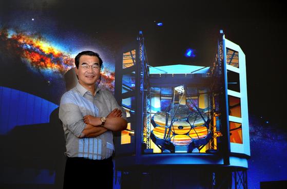 칠레에 건설중인 세계 최대 거대마젤란망원경 제작에 참여하고 있는 한국천문연구원 박병곤 단장이 23일 오후 중앙선데이와 인터뷰하고 있다. 프리랜서 김성태