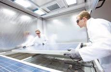 한화그룹은 세계 최고 수준의 기술력과 생산능력으로 신재생에너지 시장을 선도하며, 그린수소 에너지 기술과 친환경 플라스틱 기술 개발에 박차를 가하고 있다. 한화큐셀 독일 기술혁신센터에서 태양광 모듈을 테스트하고 있다. [사진 한화그룹]