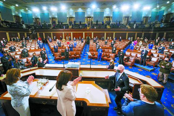 조 바이든 미국 대통령이 취임 100일 상·하원 합동 연설을 하기 위해 낸시 펠로시 하원의장, 카멀라 해리스 부통령(왼쪽부터) 등의 박수를 받으며 연단에 오르고 있다. [AP=연합뉴스]