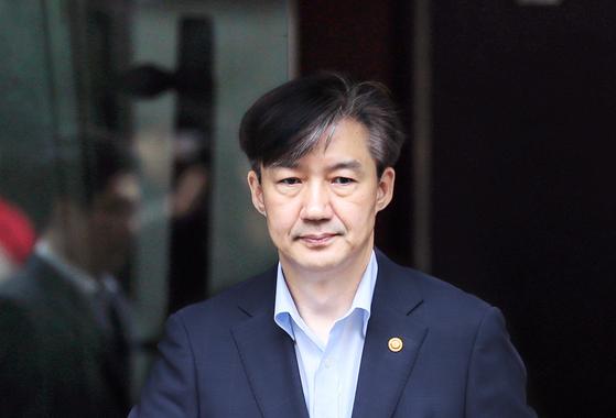 조국 전 법무부 장관. 서울 서초구 방배동 자택을 나서고 있다. 연합뉴스