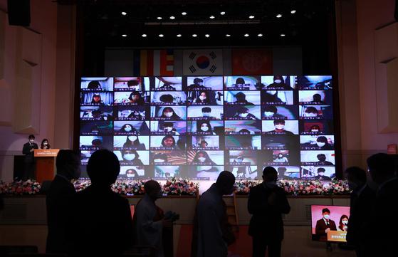 지난 2월 22일 오전 서울 중구 동국대학교 본관 대강당에서 줌(Zoom) 온라인 영상을 통해 열린 2021학년도 신입생 입학식이 열리고 있다. 연합뉴스