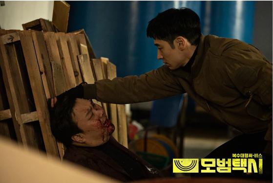 '모범택시'에서 택시 기사 김도기(이제훈)가 장애인을 착취한 사업주에게 복수하는 모습. [사진 SBS]