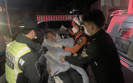 지난 29일 자정쯤 충남 보령시의 한 해수욕장에서 해루질에 나섰던 70대 남성이 바닷물에 빠지는 사고가 발생, 인근을 지나던 해양경찰관이 그를 구조한 뒤 119구급대에 인계하고 있다. [사진 보령해경]
